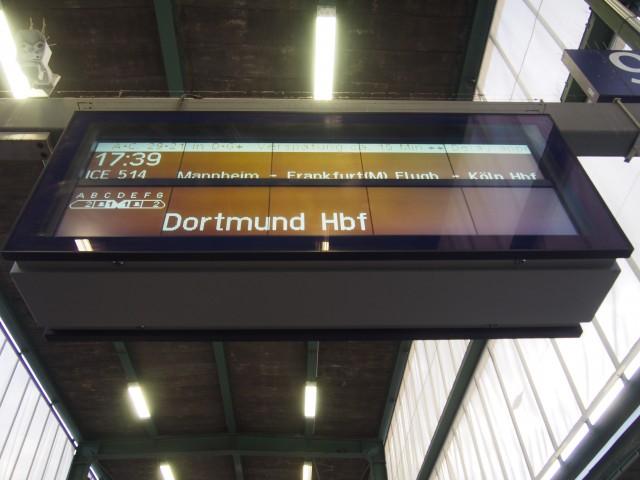 あれ、入線してくるホームに別の列車が