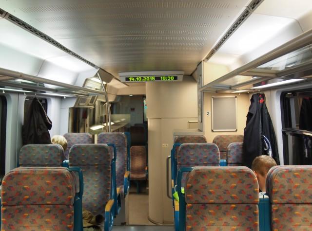 普通列車と同型の車内
