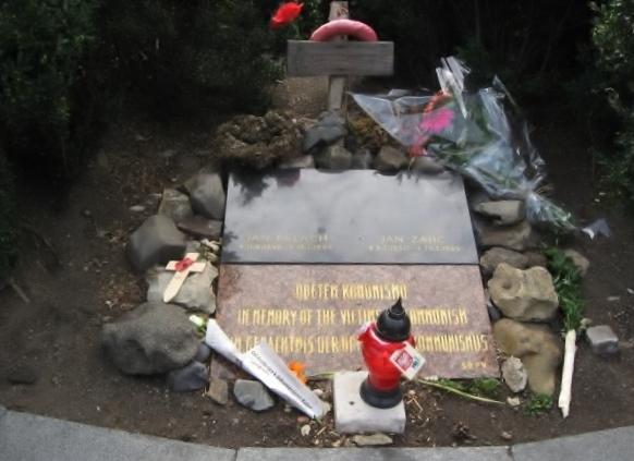 プラハにある社会主義政権に抗議の意を示すため、焼身自殺した青年ヤンの追悼の碑。