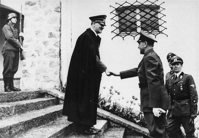 左ヒトラー、右パヴェリッチ