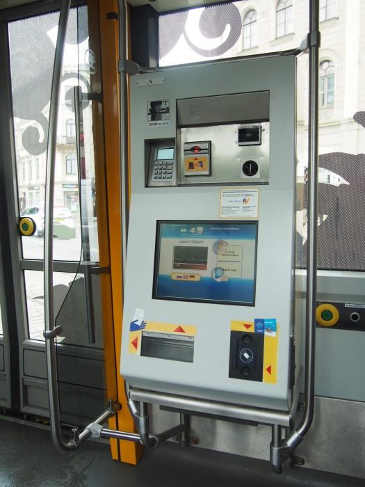 リーガ市電は車内に自動販売機とカードタッチがあります